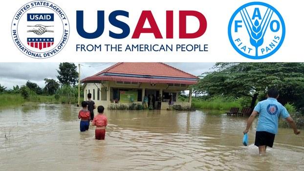(ឆ្វេង) ស្លាកសញ្ញាទីភ្នាក់ងារជំនួយរបស់សហរដ្ឋអាមេរិក (USAID) (ស្ដាំ) ស្លាកសញ្ញាកម្មវិធីស្បៀងអាហារពិភពលោក (WFP) របស់អង្គការសហប្រជាជាតិ និងខាងក្រោមទឹកជំនន់លិចមណ្ឌលសុខភាពនៅស្រុកចុងកាល់ ខេត្តឧត្តរមានជ័យ ថ្ងៃទី១៨ ខែតុលា ឆ្នាំ២០២០។