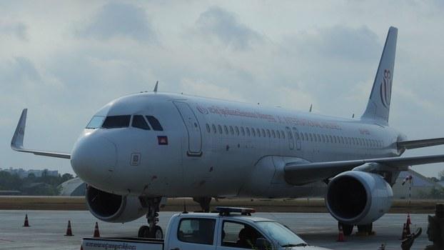 យន្តហោះរបស់ក្រុមហ៊ុន ជេស៊ី អ៊ិនធើណេសិនណល់ អែរឡាញ (JC International Airline) ដែលចតនៅអាកាសយនដ្ឋានអន្តរជាតិភ្នំពេញ កាលពីថ្ងៃទី២៣ ខែមីនា ឆ្នាំ២០២០។