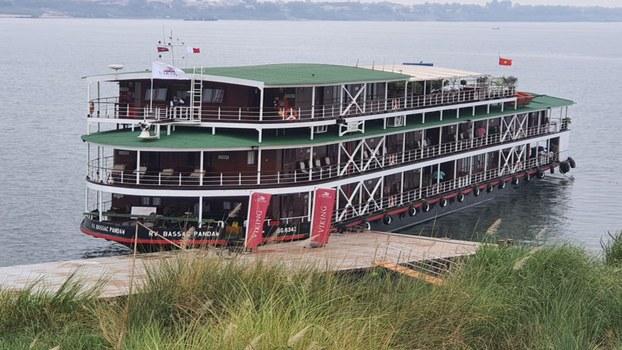 នាវា វីគីង គ្រូស ជ្យូណី (Viking Cruise Journey) ដែលដឹកអ្នកទេសចរពីប្រទេសវៀតណាម មកសំចត នៅខេត្តកំពង់ចាម ហើយក្រសួងសុខាភិបាលធ្វើតេស្តរកឃើញមានអ្នកផ្ទុកមេរោគវីរុសបង្កជំងឺកូវីដ-១៩ ចំនួន ៣នាក់ គិតត្រឹមថ្ងៃទី១២ ខែមីនា ឆ្នាំ២០២០។