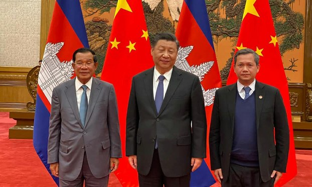 លោកនាយករដ្ឋមន្ត្រី ហ៊ុន សែន និងកូនប្រុសច្បង គឺលោក ហ៊ុន ម៉ាណែត (សងខាង) ជាមួយប្រធានាធិបតីចិន លោក ស៊ី ជីនពីង (Xi Jinping) (រូបកណ្ដាល) នាទីក្រុងប៉េកាំង កាលពីថ្ងៃទី៥ ខែកុម្ភៈ ឆ្នាំ២០២០។