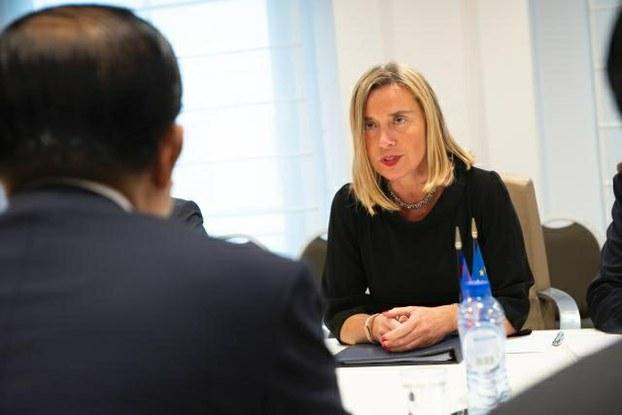 អ្នកស្រី ហ្វេដេរ៊ីកា មូហ្ការ៊ីនី (Federica Mogherini) តំណាងជាន់ខ្ពស់នៃសហភាពអឺរ៉ុប ផ្នែកកិច្ចការបរទេស និង គោលនយោបាយសន្តិសុខ និង ជាអនុប្រធានស្នងការអឺរ៉ុប ជួបជាមួយលោក ហ៊ុន សែន (រូបឃើញតែខ្នង) នៅទីក្រុងប្រ៊ុចស្សែល ប្រទេសប៊ែលហ្ស៊ិក កាលពីថ្ងៃទី ១៨ ខែ តុលា ឆ្នាំ ២០១៨។