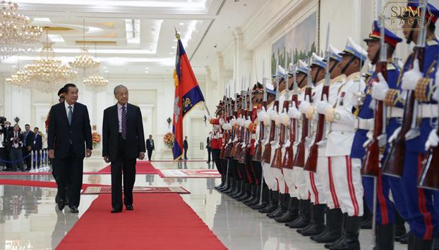 នាយករដ្ឋមន្ត្រីម៉ាឡេស៊ីលោក មហាធា មហាម៉ាត់ (Mahathir Mohamad) (ស្ដាំ) និងលោកនាយករដ្ឋមន្ត្រី ហ៊ុន សែន (ឆ្វេង) ក្នុងជំនួបនាវិមានសន្តិភាព រាជធានីភ្នំពេញ កាលពីថ្ងៃទី៣ ខែកញ្ញា ឆ្នាំ២០១៩។