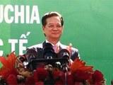 នាយករដ្ឋមន្ត្រីវៀតណាម លោក ង្វៀង តាន់យុង (Nguyen Tan Dung) [ឆ្វេង] និងនាយករដ្ឋមន្ត្រីកម្ពុជា លោក ហ៊ុន សែន សម្ពោធបង្គោលព្រំដែនលេខ៣០ និងកំណត់ផ្លូវជាតិ ក្បែរច្រកទ្វារព្រំដែនក្នុងខេត្តរតនគិរី និងខេត្តយ៉ាឡាយ ប្រទេសវៀតណាម កាលពីព្រឹកថ្ងៃទី២៦ ខែធ្នូ ឆ្នាំ២០១៥។