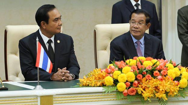 លោកនាយករដ្ឋមន្ត្រី ហ៊ុន សែន (ស្ដាំ) និងលោកនាយករដ្ឋមន្ត្រីថៃ បា្រយុទ្ធ ចាន់អូចា (Prayut Chan-O-cha) ធ្វើសន្និសីទកាសែតរួមគ្នានៅរាជធានីភ្នំពេញ ថ្ងៃទី៧ ខែកញ្ញា ឆ្នាំ២០១៧។ Photo courtesy of Hun Sen's Facebook Page