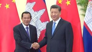 លោក ហ៊ុន សែន មេដឹកនាំរបបក្រុងភ្នំពេញ និងលោក ស៊ី ជិនពីង (Xi Jinping) ប្រធានាធិបតីចិនក្នុងជំនួបនៅទីក្រុងប៉េកាំងកាលពីថ្ងៃទី២៩ ខែមេសា ឆ្នាំ២០១៩។