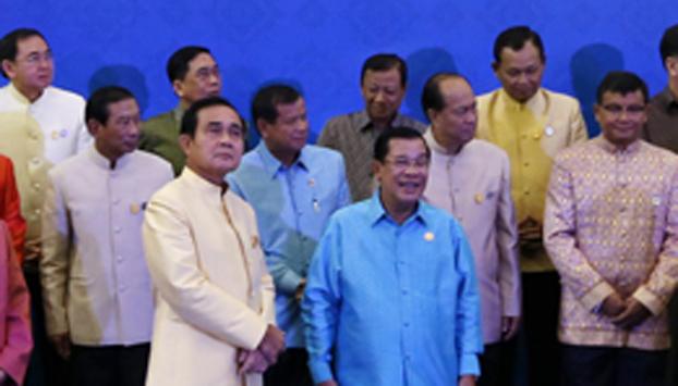 នាយករដ្ឋមន្ត្រីកម្ពុជា លោក ហ៊ុន សែន (ស្ដាំជួរមុខ) និងនាយករដ្ឋមន្ត្រីថៃ លោក ប្រាយុទ្ធ ចាន់អូឆា (ឆ្វេងជួរមុខ) [Prayut Chan-O-Cha] ក្នុងកិច្ចប្រជុំគណៈរដ្ឋមន្ត្រីចម្រុះលើកទី២ កម្ពុជា-ថៃ នាទីក្រុងបាងកក កាលពីថ្ងៃទី១៩ ខែធ្នូ ឆ្នាំ២០១៥។