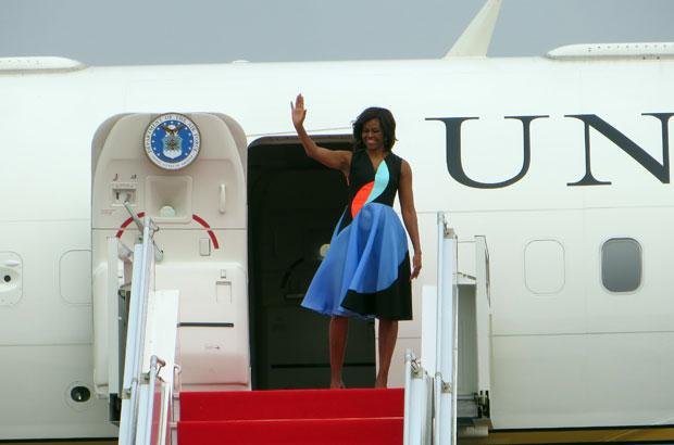 យន្តហោះពិសេសរបស់សហរដ្ឋអាមេរិក ដឹកអ្នកស្រី មីស៊្ហែល អូបាម៉ា (Michelle Obama) នៅពេលមុនពេលហោះចាកចេញពីខេត្តសៀមរាប នៅថ្ងៃទី២២ ខែមីនា ២០១៥។