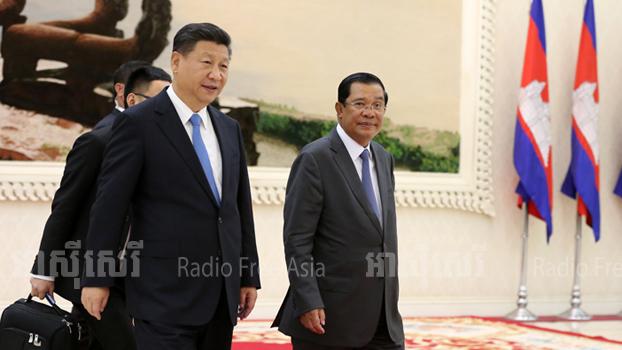 ប្រធានាធិបតីចិន លោក ស៊ី ជីនពីង (Xi Jinping) (ឆ្វេង) ជួបលោកនាយករដ្ឋមន្ត្រី ហ៊ុន សែន នាវិមានសន្តិភាព ប្រទេសកម្ពុជា កាលពីថ្ងៃទី១៣ ខែតុលា ឆ្នាំ២០១៦។
