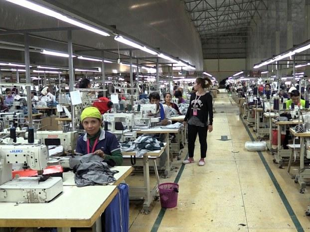 កម្មកររោងចក្រ ញូវ អាកឃីត ហ្គាមិន ហ្វេកធើរី លីមីធីត (New Archid Garment Factory Ltd) កាលពីថ្ងៃទី៥ ខែឧសភា ឆ្នាំ២០១៦។ RFA