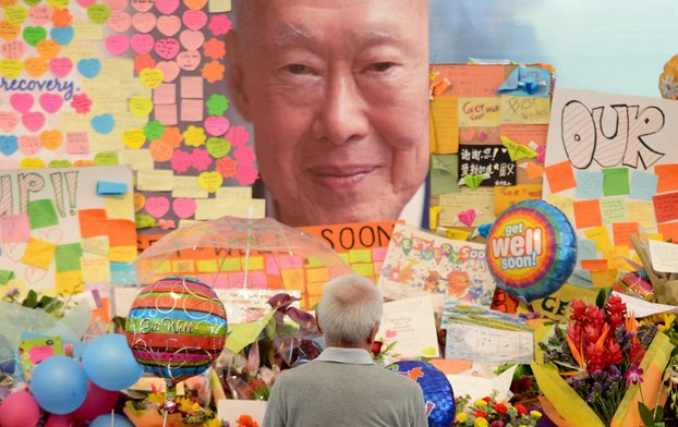 ពលរដ្ឋសិង្ហបុរីគោរពវិញ្ញាណក្ខន្ធលោក លី ក្វាន់យូ (Lee Kuan Yew) ស្ថាបនិកប្រទេសសិង្ហបុរី និងជានាយករដ្ឋមន្ត្រីដំបូងរបស់ប្រទេសនេះ កាលពីថ្ងៃទី២៣ មីនា ២០១៥។
