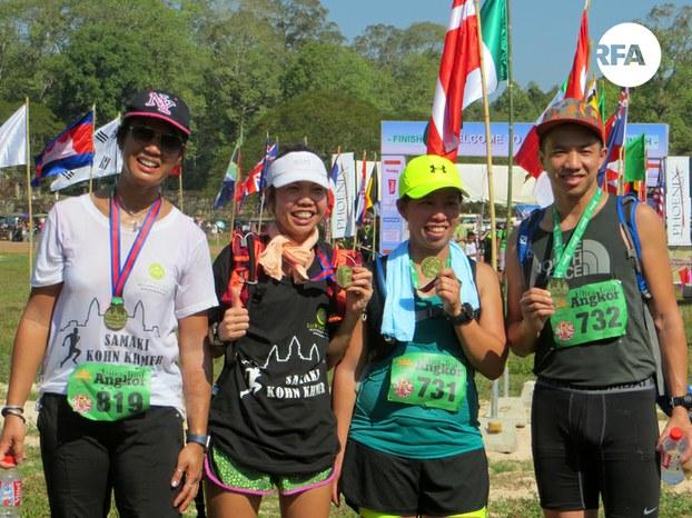ក្រុមយុវជនខ្មែរមកពីប្រទេសបារាំង និងមកពីប្រទេសកាណាដា ចូលរួមរត់ប្រណាំងកីឡា អ៊ុលត្រា ត្រេល អង្គរ (Ultra Trail Angkor) នៅខេត្តសៀមរាប កាលពីថ្ងៃទី២១ ខែមករា ឆ្នាំ២០១៧។ RFA/Hang Savyouth
