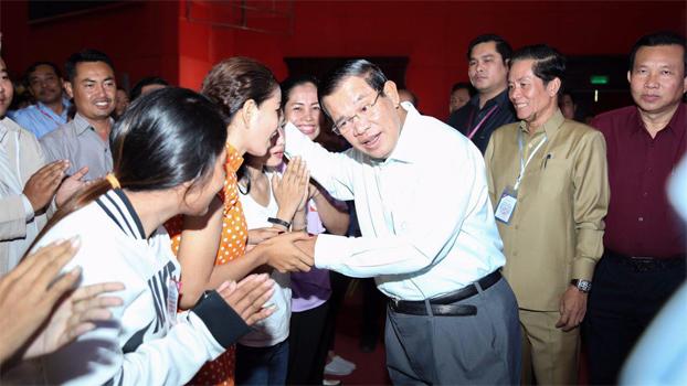 លោកនាយករដ្ឋមន្ត្រី ហ៊ុន សែន (ស្ដាំ) ជួបសំណេះសំណាលជាមួយកម្មករកម្មការិនីរោងចក្រនៅមជ្ឈមណ្ឌលកោះពេជ្រ ក្រុងភ្នំពេញ ថ្ងៃទី២០ ខែសីហា ឆ្នាំ២០១៧។ Photo courtesy of PM Hun Sen's Facebook Page