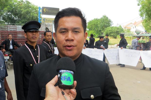 តំណាងអ្នកតវ៉ា លោក យ៉ែម សុជាតិ បុគ្គលិកក្រុមហ៊ុន រ៉ូយ៉ាល់ ខេមបូឌាន លីម៉ូសីន សឺវីស (Royal Cambodian Limousine Service) ផ្ដល់បទសម្ភាសន៍ដល់វិទ្យុអាស៊ីសេរី កាលពីព្រឹកថ្ងៃទី២៧ ខែកក្កដា ឆ្នាំ២០១៥។