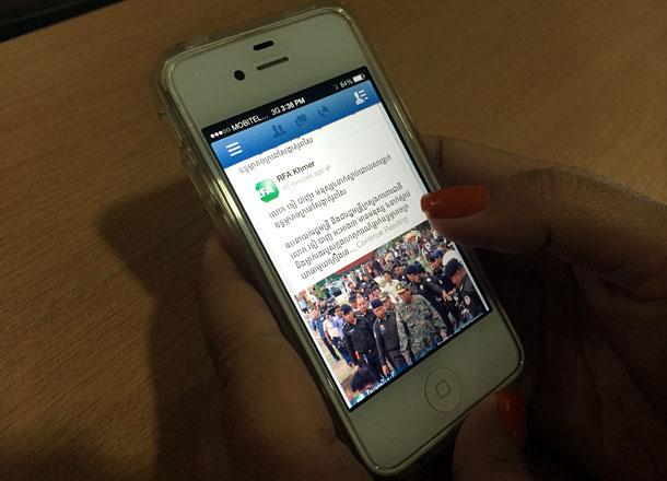 អ្នកប្រើប្រាស់ទូរស័ព្ទទំនើប (Smart phone) អានព័ត៌មានតាមអ៊ីនធឺណិត (Internet)។ រូបថតថ្ងៃទី១៤ កក្កដា ឆ្នាំ២០១៤