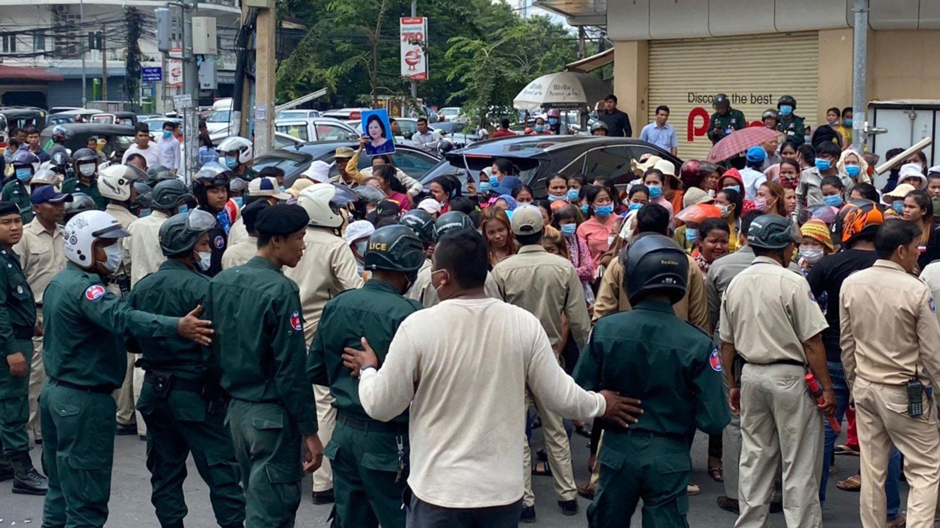 ក្រុមកម្មកររោងចក្រ វ៉ាយអូលែត VIOLET APPAREL CAMBODIA CO,.LTD ច្រើនរយនាក់ ព្យាយាមហែញត្តិទៅដាក់នៅខុទ្ទកាល័យលោកនាយករដ្ឋមន្ត្រី ហ៊ុន សែន នៅព្រឹកថ្ងៃទី២៣ ខែកក្កដា ឆ្នាំ២០២០ តែត្រូវបានសមត្ថកិច្ចរារាំងមិនឲ្យបន្តដំណើរទៅមុខរួច។ រូប៖ កម្មករ