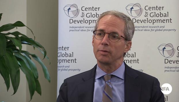 លោក ស្កុត ម៉ូរីស (Scott Morris) អ្នកសិក្សាស្រាវជ្រាវជាន់ខ្ពស់ និងជានាយកគំនិតផ្ដួចផ្ដើមគោលនយោបាយអភិវឌ្ឍន៍អាមេរិក ប្រចាំមជ្ឈមណ្ឌលដើម្បីការអភិវឌ្ឍន៍សាកល (Center for Global Development) ដែលមានមូលដ្ឋាននៅរដ្ឋធានីវ៉ាស៊ីនតោន សហរដ្ឋអាមេរិក